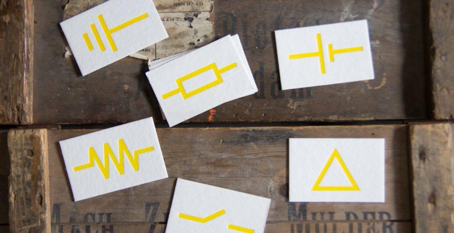 Letterpress visitekaartjes met gele symbolen