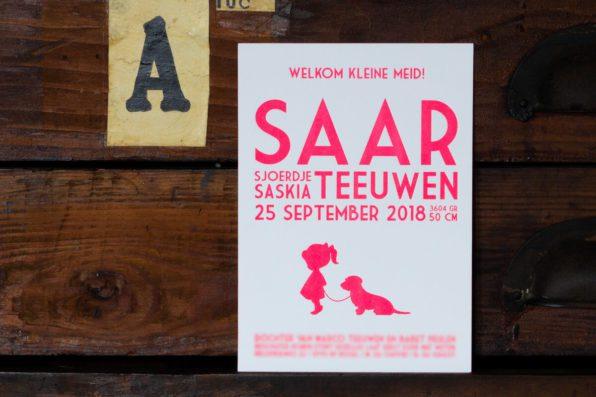 Strak letterpress geboortekaartje in fluor roze