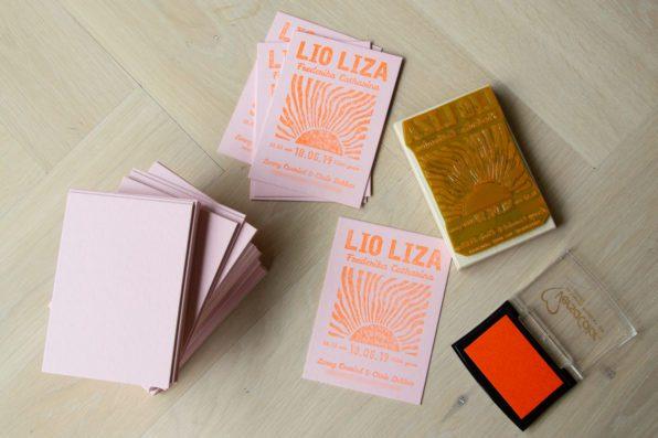 Origineel geboortekaartje doormiddel van stempels op roze papier