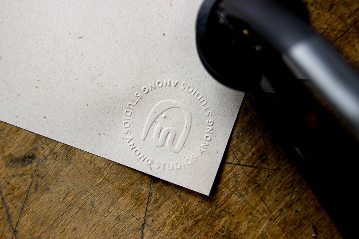 reliefstempel met logo