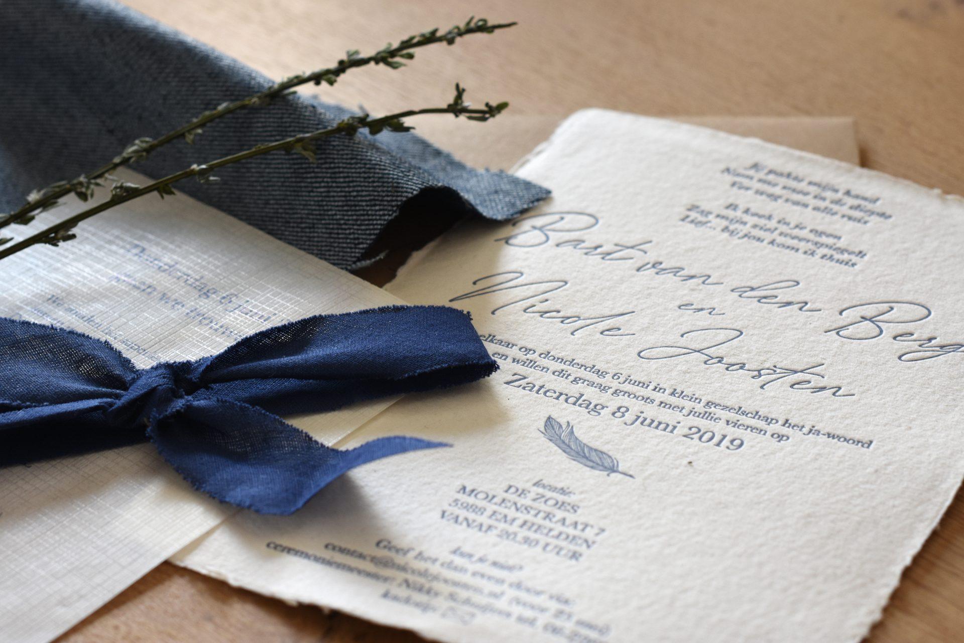 Trouwkaart met indruk in handgeschept papier