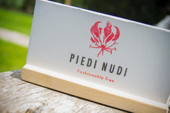 Piedi Nudi logostempel in twee kleuren
