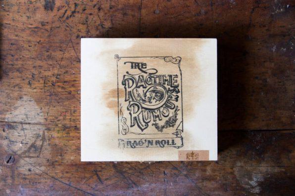 Stempel op hout voor cd Ragtime Rumours