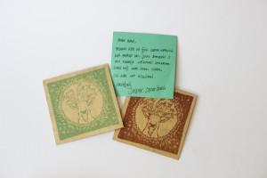 geboortekaartje gedrukt op hout met stempels
