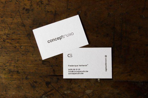 visitekaartje op dik papier met reliëf in zwart wit