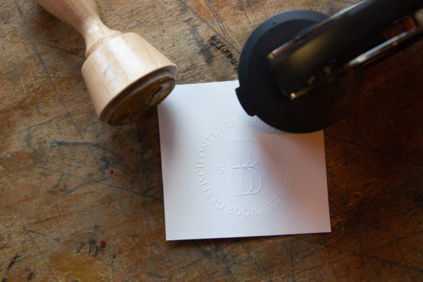 reliëf drukken in papier met een preegstempel