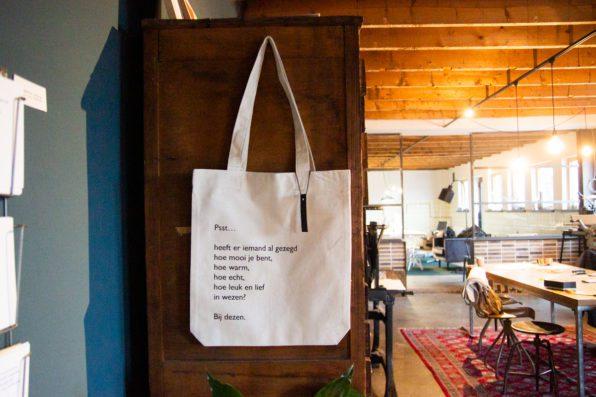 katoenen tas met zeefdruk van gedicht Lttrvreters