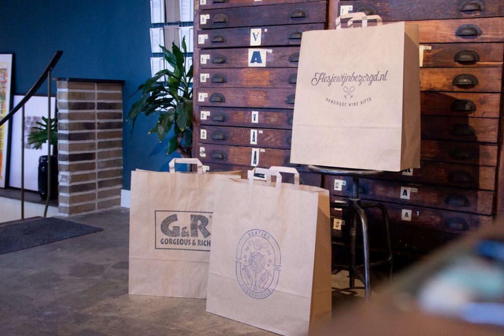 Papieren tassen bedrukken goedkoop doormiddel van grote stempel