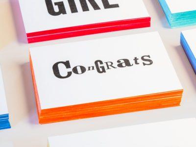 zwart-wit Letterpress wenskaart met gekleurde randen Congrats