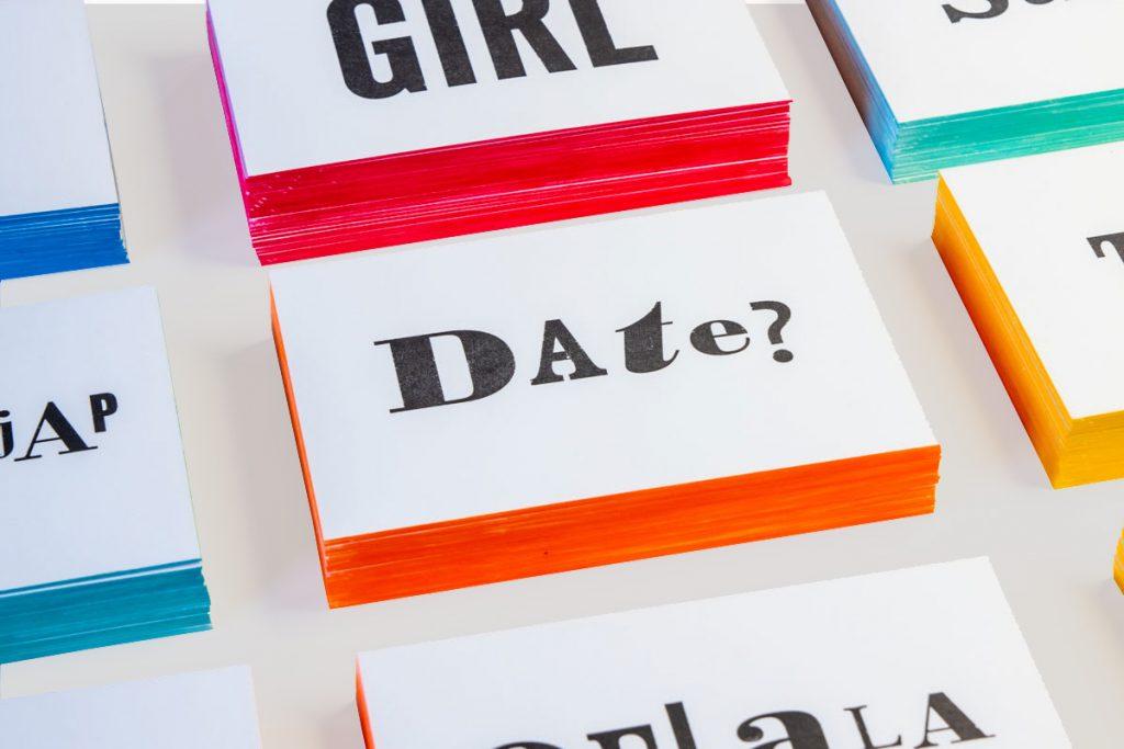 zwart-wit Letterpress wenskaart met gekleurde randen Date?