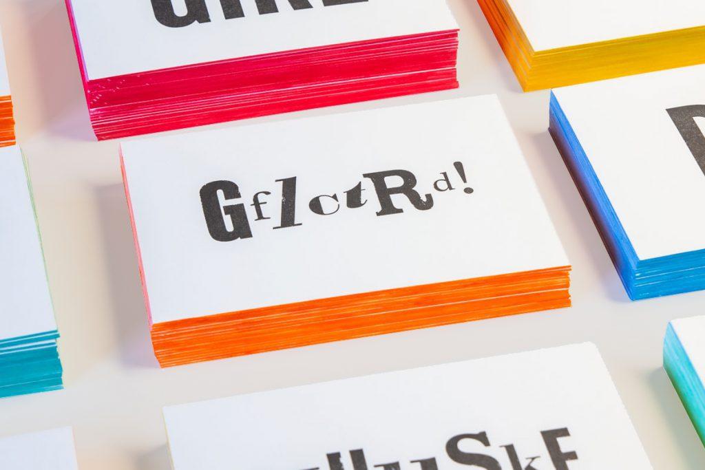 Gefeliciteerd Letterpress Verjaardagskaart met gekleurde zijkanten