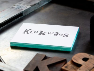 zwart-wit Letterpress wenskaart met gekleurde randen Koekwaus