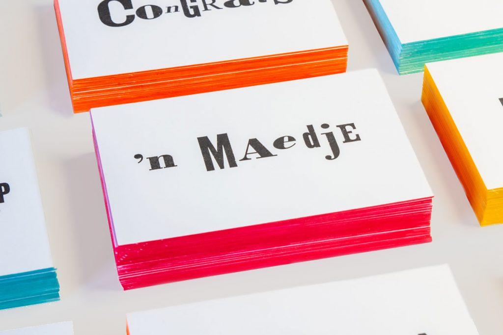 zwart-wit Letterpress wenskaart met gekleurde randen Limburgs Maedje