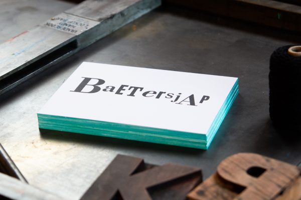 zwart-wit Letterpress wenskaart met gekleurde randen Baetersjap