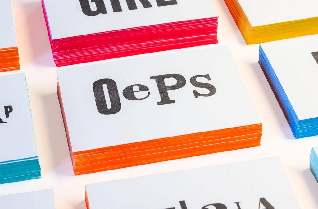zwart-wit Letterpress wenskaart met gekleurde randen Oeps