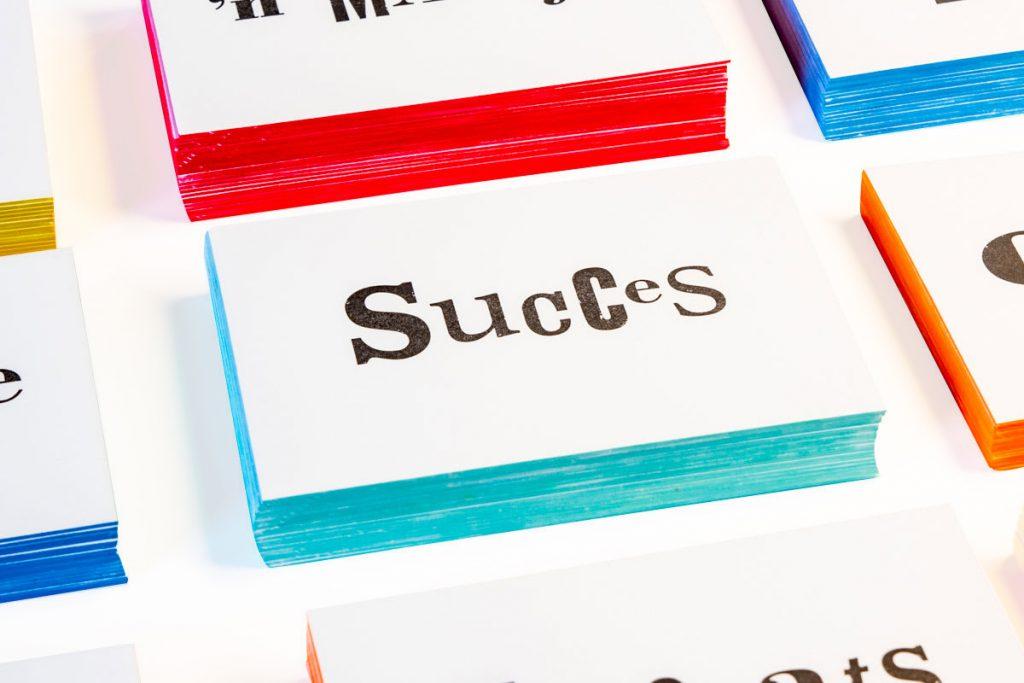 zwart-wit Letterpress wenskaart met gekleurde randen Succes